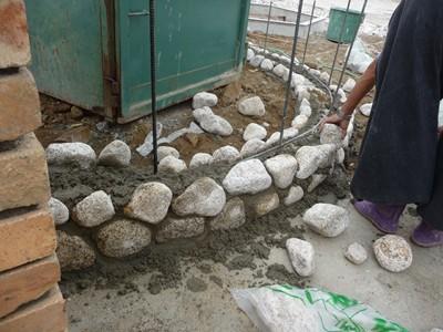 ごろた石の塀