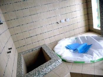 浴室タイル張り 300角サーモタイルと10角のモザイクタイル