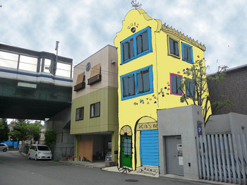 黄色ベースの窓枠付デザイン