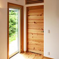 室内ドア造作扉:無垢床板張り