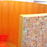 オレンジのモザイクタイル隔て曲線壁