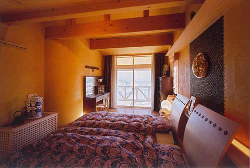 オレンジ塗り壁の寝室