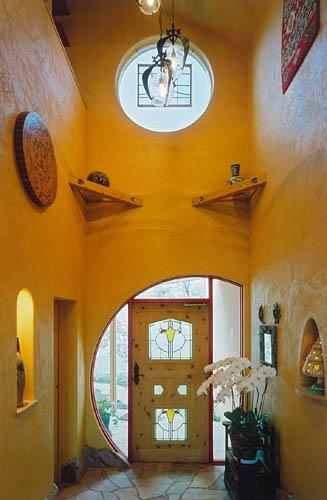 黄色い塗り壁の玄関